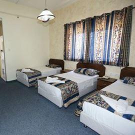 חדר במלון ויקטוריה הכולל שלוש מיטות - Hotel Room Victoria includes three beds