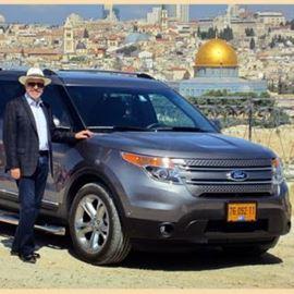 מדריך הסיור ליד הג'יפ בנוף של ירושלים - Tour guide next to the jeep in the landscape of Jerusalem