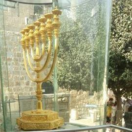 מנורה בירושלים - נקודה במהלך הסיור - Menorah in Jerusalem - a point during the tour