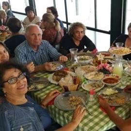 המסיירים בארוחה במהלך הסיור - Touring at meal during tour