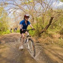 אישה רוכבת על אופניים - A woman riding a bicycle