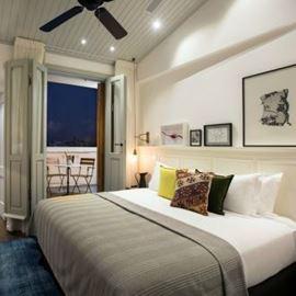 חדר במלון הכולל מיטה זוגית ומרפסת עם פינת ישיבה - Hotel Room Features Double bed and balcony with sitting area