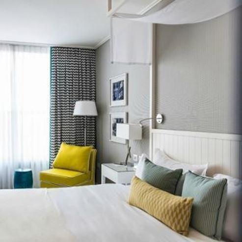 חדר במלון הכולל מיטה זוגית וספה - Hotel Room Features Double bed and couch