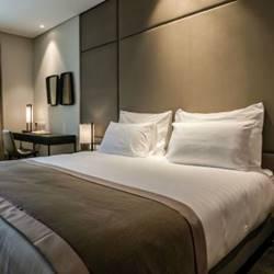 חדר המלון הכולל מיטה זוגית - Hotel Room Features a Double bed