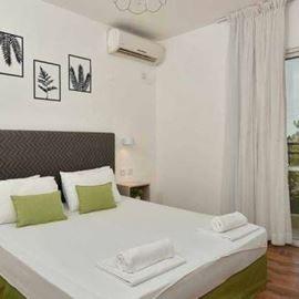 מיטה זוגית בחדר המלון - Double bed in the hotel room