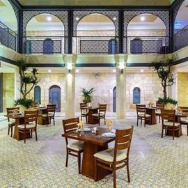 שולחנות אוכל בחצר המלון - Dining tables in the hotel courtyard
