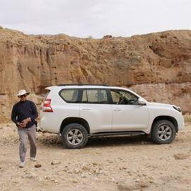 דני אפיק, מדריך הטיול ליד ג'יפ - Danny Afik, the tour guide next to a jeep