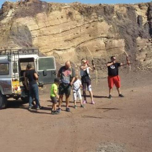 מסיירים מהטיול יורים מטווח חץ וקשת - Tourers shoot from archery range