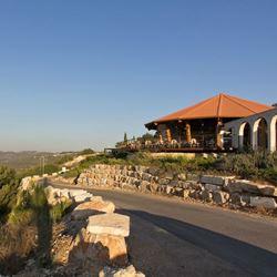 מלון שורש ירוק בהר מהכביש - Shoresh Yarok BaHar Hotel from road