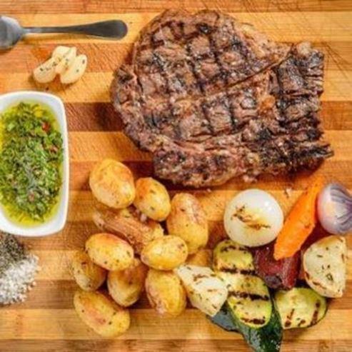 אנטריקוט וירקות מהמנה של המסעדה - Entrecote and vegetables from the restaurant course