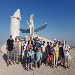 אנשים בטיול - people on a trip