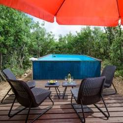 פינת ישיבה ובריכה - Seating area and pool