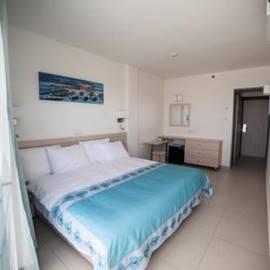 Hotel Room - חדר במלון
