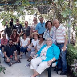 קבוצה בגינה - אכסניית דוד - A group in the garden - David hostel