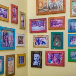 קיר עם תמונות במסעדה - Wall with pictures in the restaurant