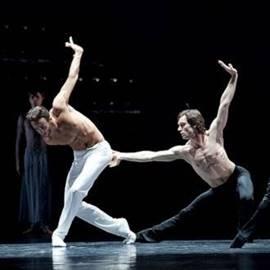רקדני בלט על הבמה - Ballet Dancers On Stage