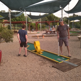 Mini Golf - Farod  - משפחה משחקת