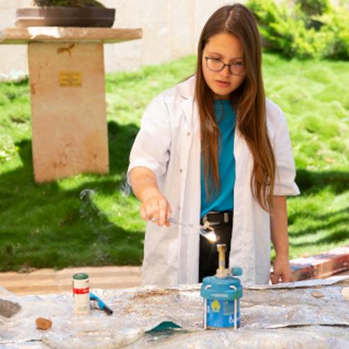 A Girl Performing A Scientific Experimant - ילדה מבצעת ניסוי מדעי