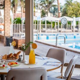 Astral Village Hotel - ארוחת בוקר ליד הבריכה
