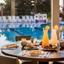 מלון אסטרל נירוונה: ארוחה ליד הבריכה - Hotel Astral Nirvana: A Poolside Meal