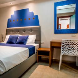 חדר שינה במלון - Hotel Bedroom