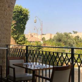 שולחן במסעדה - A Table At A Restaurant