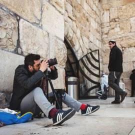 איש מצלם תמונה - A Man Taking A Picture