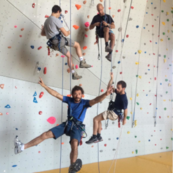 אנשים על קיר טיפוס - People on a climbing wall
