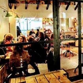 אנשים אוכלים במסעדה - People Eat In A Restaurant