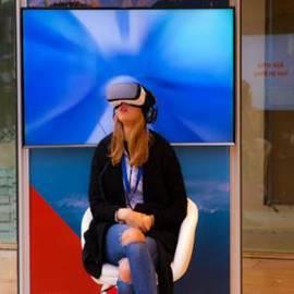 אישה מרכיבה משקפי מציאות מדומה - Woman Wearing Virtual Reality Glasses