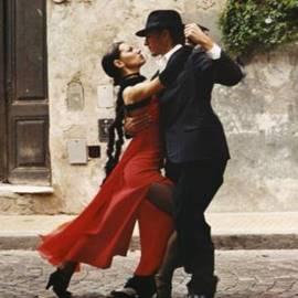 זוג רוקד טנגו - A Couple Dancing The Tango