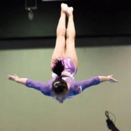 מתעמלת אקרובטית מרחפת באוויר - An Acrobatic Gymnast In Mid-Air