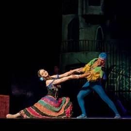 שני זמרי אופרה על הבמה - Two Opera Singers On Stage