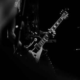 נגן גיטרה חשמלית - A Man Playing An Electric Guitar