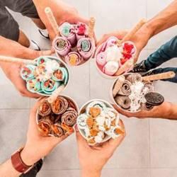 אנשים מחזיקים מגוון גלידות צבעוניות - People are holding various colorful ice cream