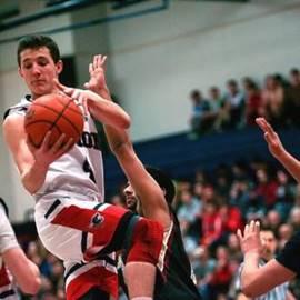שחקן כדורסל עם הכדור - A Basketball Player With The Ball