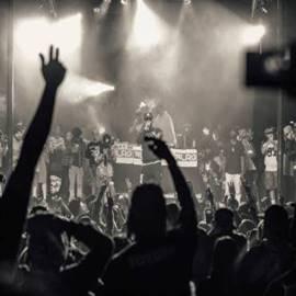 קהל מריע במופע רוק - Audience Cheering At A Rock Concert