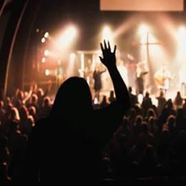 בחורה מריעה במופע רוק - A Girl Cheering At A Rock Concert