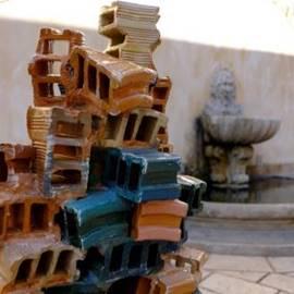 פסל סביבתי של לבנים - Outdoor statue of bricks