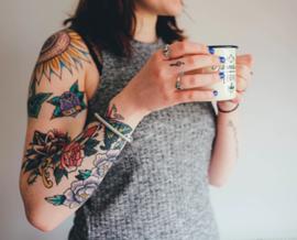 אישה עם כתובת קעקע על הזרוע - A Woman With A Tattoo On Her Arm