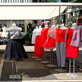 שמלות למכירה בשוק באוויר הפתוח - Dresses For Sale In An Open Air Market
