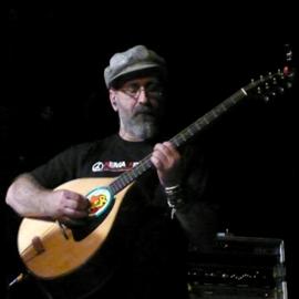 מוזיקאי מנגן בבוזוקי - A Musician Playing The Bouzouki