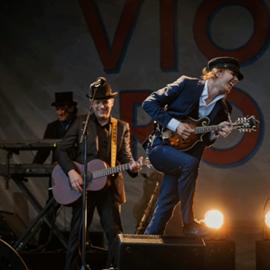 להקת רוק על הבמה - A Rock Band On Stage