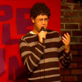 סדנאפיסט בהופעה - A Stand-Up Comic Performing