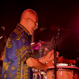 נגן תופים אפריקניים - A Drummer Playing African Drums