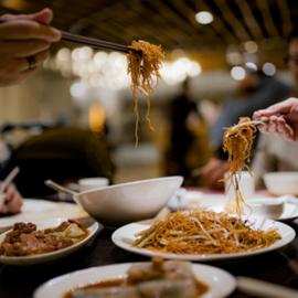 מנת נודלס סיניים על השולחן - A Chinese Noodle Dish On The Table