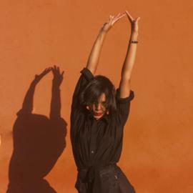 אישה רוקדת, ומטילה צל על קיר - A Woman Dancing And Casting Her Shadow On A Wall