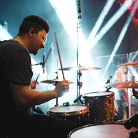 מתופף במופע רוק - A Drummer In A Rock Concert
