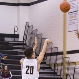 שחקן כדורסל קולע לסל - A Basketball Player Throws The Ball At The Hoop