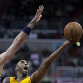 שחקני כדורסל מנסים לתפוס את הכדור במשחק - Basketball Players Trying To Get The Ball At A Game